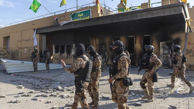 Irakische Soldaten vor der US-Botschaft in Bagdad.