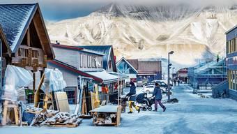 Holzhäuser in Longyearbyen auf Spitzbergen: Die Inselgruppe feiert in diesem Jahr 100 Jahre Zugehörigkeit zu Norwegen.