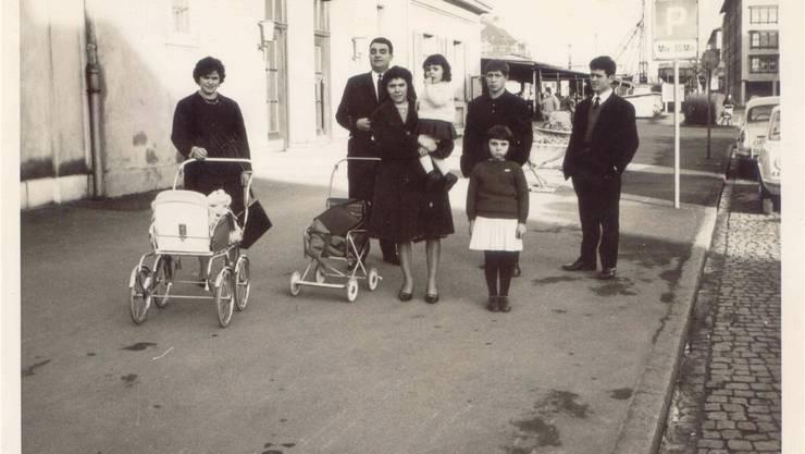 Eine italienische Familie auf dem Sonntagsspaziergang (hier am Bahnhof Pratteln).