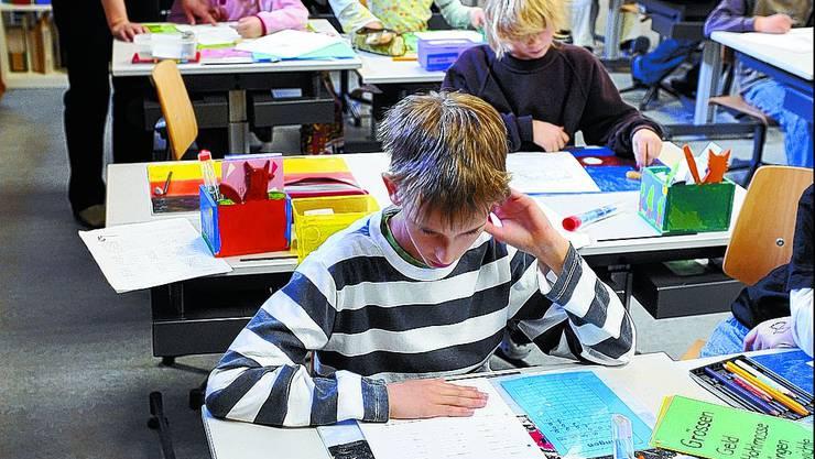 Eine Herausforderung: Die Integration (lern)behinderter Schüler in die Regelklasse erfordert ein gutes Zusammenspiel aller Beteiligten. Im Bild eine integrativ geführte Klasse im Schulhaus Fegetz in Solothurn. Oliver Menge