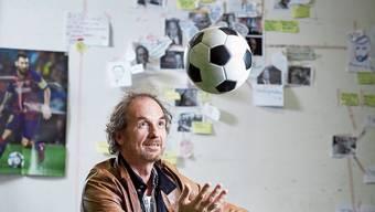 Blindtext Blindtext Blind Blind Blindtext Blindtext Blind Christoph Frick will herausfinden, wie Fussball als Gleitmittel für Geopolitik funktioniert.