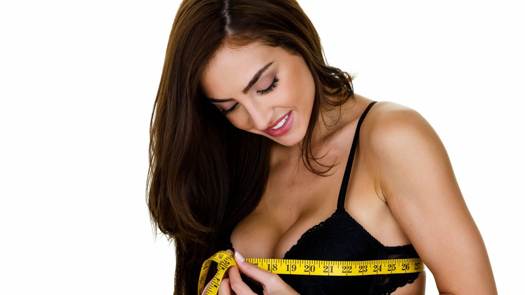 Diese Frau scheint mit der Grösse ihrer Brüste zufrieden zu sein.