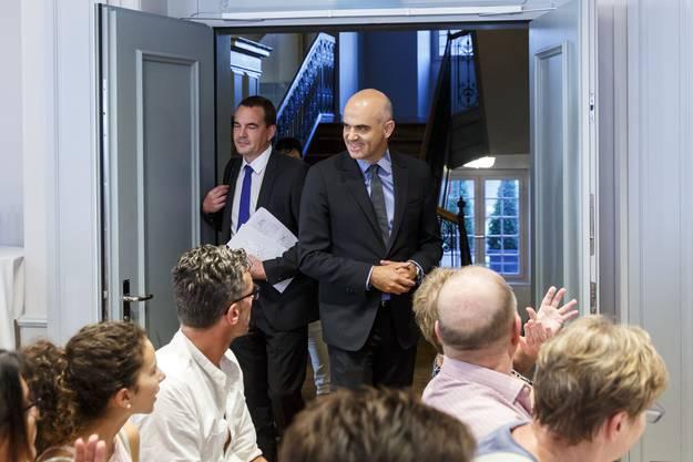 Bundesrat Berset betritt den Saal im «La Couronne».