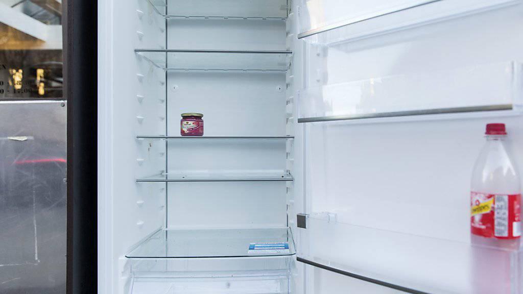 Ein Kühlschrank braucht immer weniger Strom um die Lebensmittel zu kühlen: Die Energieeffizienz bei Elektrogeräten hat in den letzten Jahren stark zugenommen. (Symbolbild)