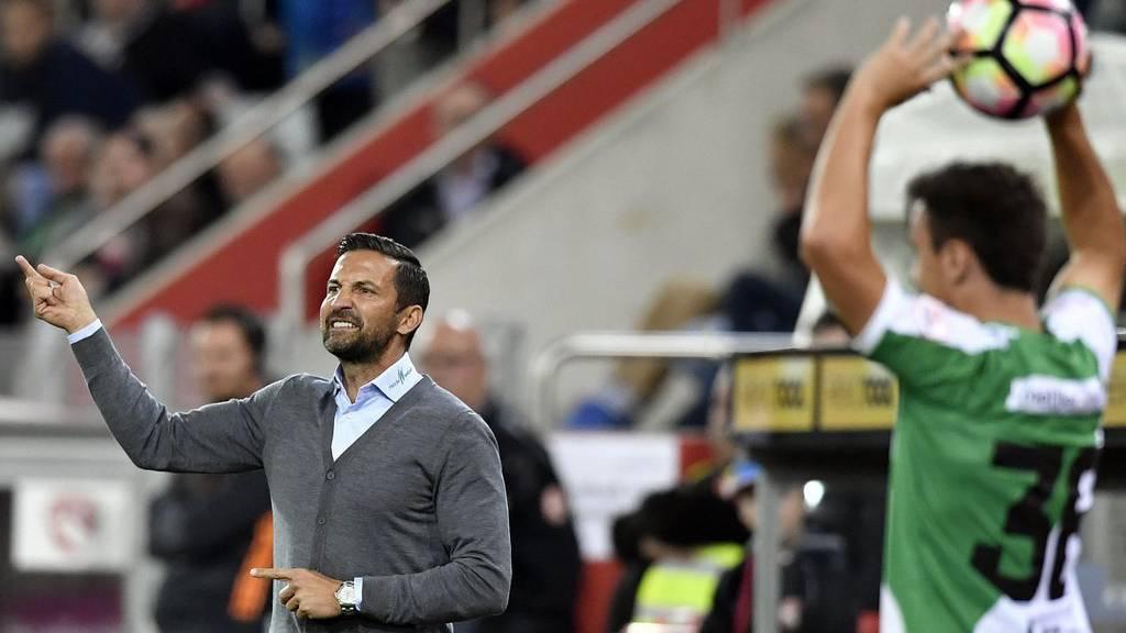 Der Coach kann durchatmen: St.Gallen und Zinnbauer besiegen Thun. (KEYSTONE/Peter Schneider)