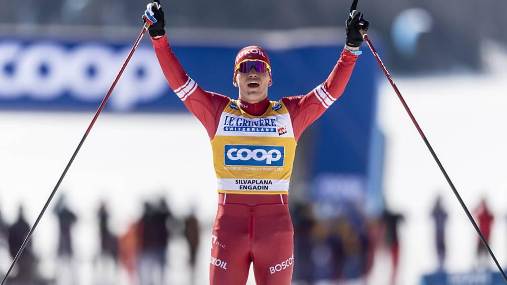Alexander Bolschunow freut sich über einen weiteren Sieg.