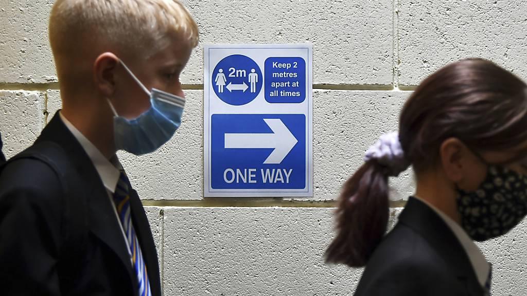 ARCHIV - Schüler stehen an einer Corona-Teststation in ihrer Schule. In englischen Schulen breitet sich das Coronavirus offenbar wieder stärker aus und mehr Schüler verpassen deshalb den Unterricht. Foto: Rui Vieira/AP/dpa