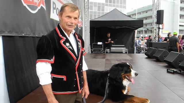 Ernst Schüpbach spricht über seinen Hund, der am Chästag ein Wägeli gezogen hat