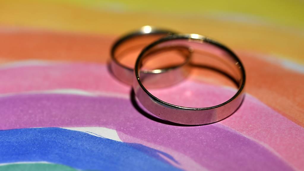 Das Schweizer Stimmvolk muss über die «Ehe für alle» abstimmen. Das Referendum gegen die Gesetzesänderung, welche die Ehe für gleichgeschlechtliche Paare öffnet, ist zustande gekommen. (Archivbild)