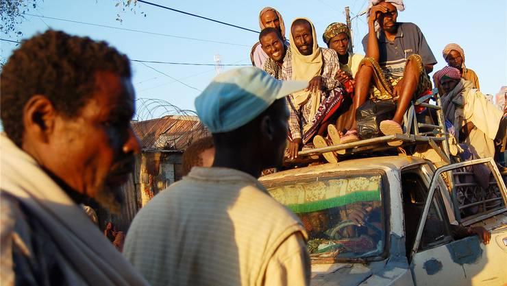 Somalier fahren auf einem dicht beladenen Pick-up durch Baidoa. Die Stadt im Südwesten des Landes war zeitweise Sitz der Übergangsregierung. Krieg, Gewalt undAnschläge rauben Somalia seit bald 23 Jahren den Atem. Mehr als eine Million Menschen sind laut UNO von einer Hungersnot bedroht.