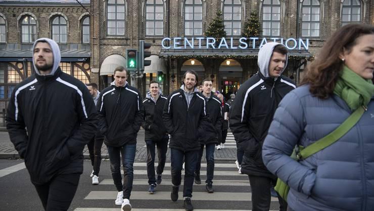 Die Schweizer Handball-Nationalspieler marschieren durch die Innenstadt von Göteborg, um ihre Fans zu treffen.