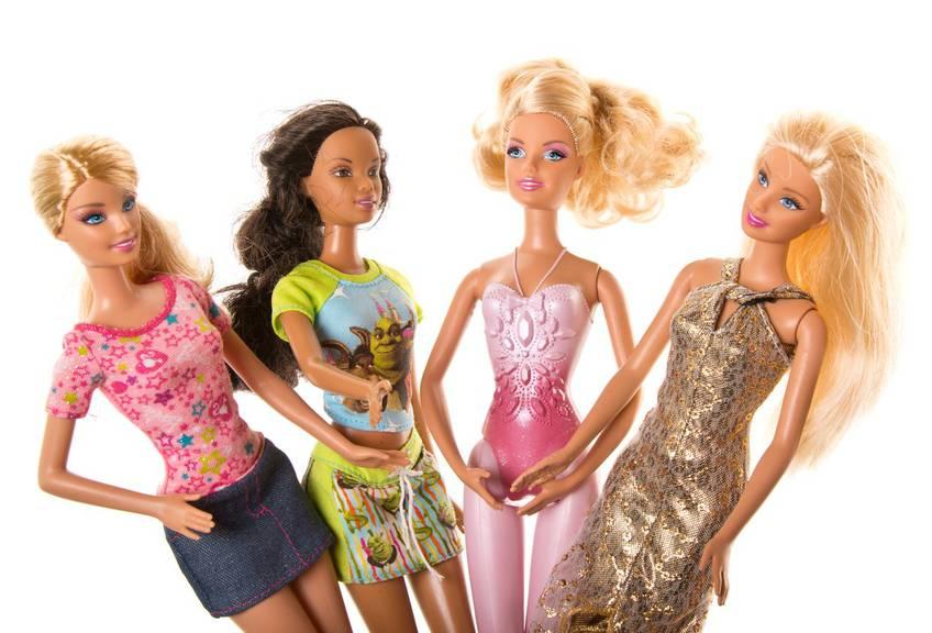 Ein Gruppe von Barbies: Erst 1990 erschienen sie in männlichen Berufen. (Bild: iStock)