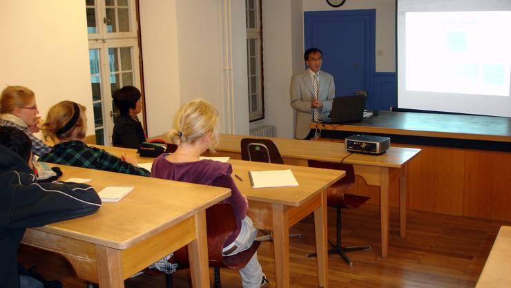 Authentische Informationen Chinas Generalkonsul in Zürich, Li Xiaosi, vor den Schülern in Schafisheim. (Bild: Fritz Thut)