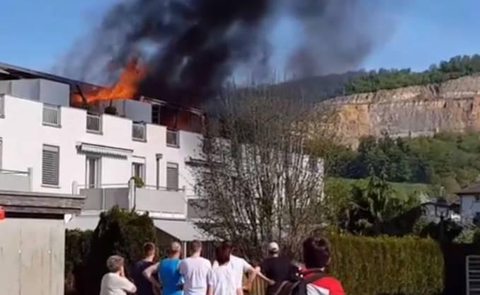 Das Feuer breitet sich auf weitere Wohnungen aus.