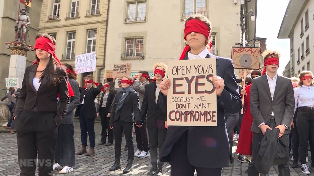 Hunderte fordern Klimanotstand vor Rathaus