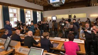 Am Wahlsonntag war unschwer zu erkennen, wer neu in die Regierung gewählt wurde: Monica Gschwind (r.) hob sich schon rein farblich von ihren vier Amtskollegen ab.