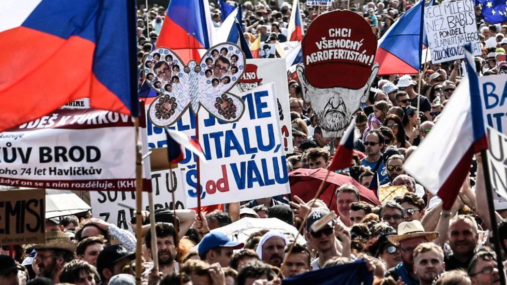 Der tschechische Regierungschef Andrej Babis zeigte sich am Montag unbeeindruckt von den Grossdemonstrationen vom Wochenende, bei denen hunderttausende von Menschen seinen Rücktritt forderten. (Archivbild)
