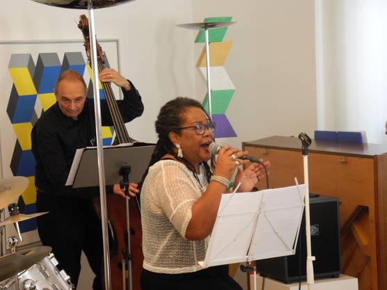 Samira Mall ist eine erfahrene Musical-, Jazz- und Blues-Sängerin. Sie arbeitet in Zürich, unter anderem als Gesangslehrerin. Die Amerikanerin durfte bereits für Céline Dion auf der Bühne im Chor singen.