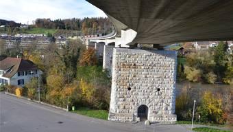 Die Pfeiler an den beiden Aare-Ufern mussten für die neue und viel schwerere Brücke mittels Betoninjektionen massiv verstärkt werden.