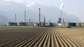 Erdöl-Raffinerie der Tamoil SA in Collombey. In solche Firmen sollen keine Pensionskassengelder fliessen dürfen.