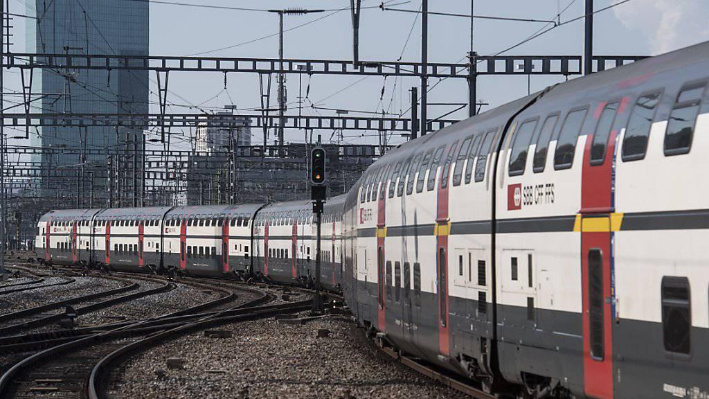Die Anzahl von Zugdurchsagen sollen deutlich abnehmen. (Archivbild)