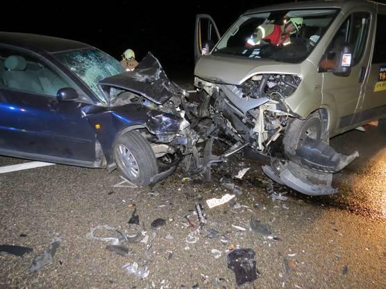 Beide Lenker wurden verletzt. Der Unfallhergang ist unklar.