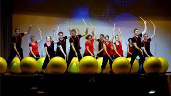 Im «Keller» zeigen die Turnerinnen B und die Herren bei «Feel the rhythm» eine abwechslungsreiche Nummer mit Gymnastikbällen und Schlagzeug-Schlägern.