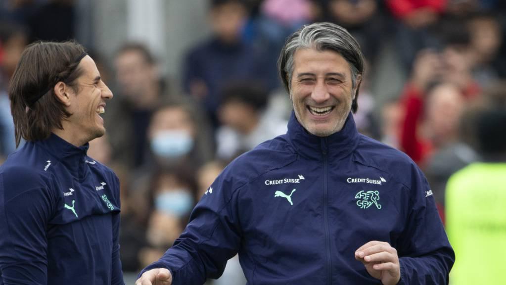 Nationaltrainer Murat Yakin ist vor dem Spiel in Litauen gut gelaunt.