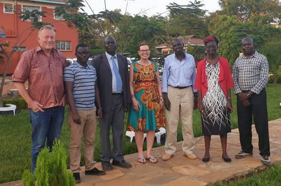 Charles Cornu (Präsident) und Rita Gruber (Vorstandmitglied) von  SKCF Schweiz besuchen den Vorstand von SKCF Kenia mit dem Vorsitzenden Erick Odiang'a (3. v.l.)