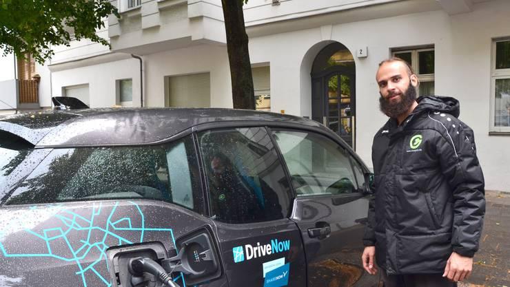 Velokurier Vitor bringt einem Kunden Saft für das E-Auto.