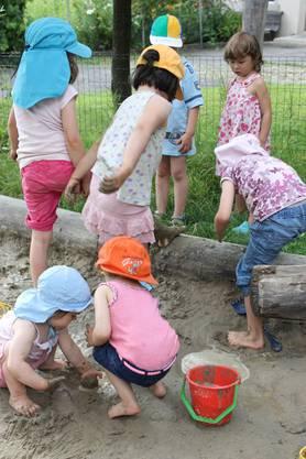 Die Kinder beim Buddeln im Sandkasten