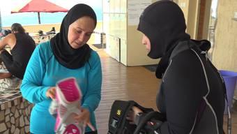 Eintauchen in eine neue Zone: Reem Bakhet  geht mit einer Schülerin auf Tauchgang im Roten Meer.