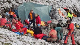 Rettungskräfte am Höhleneingang