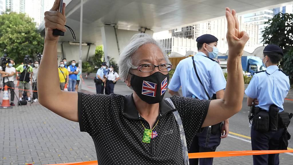 Die Polizei in Hongkong wirft Anführern der Demokratiebewegung «Anstiftung zur Untergrabung der Staatsgewalt» vor. Diese Anhängerin unterstützt die Bewegung. Foto: Kin Cheung/AP/dpa