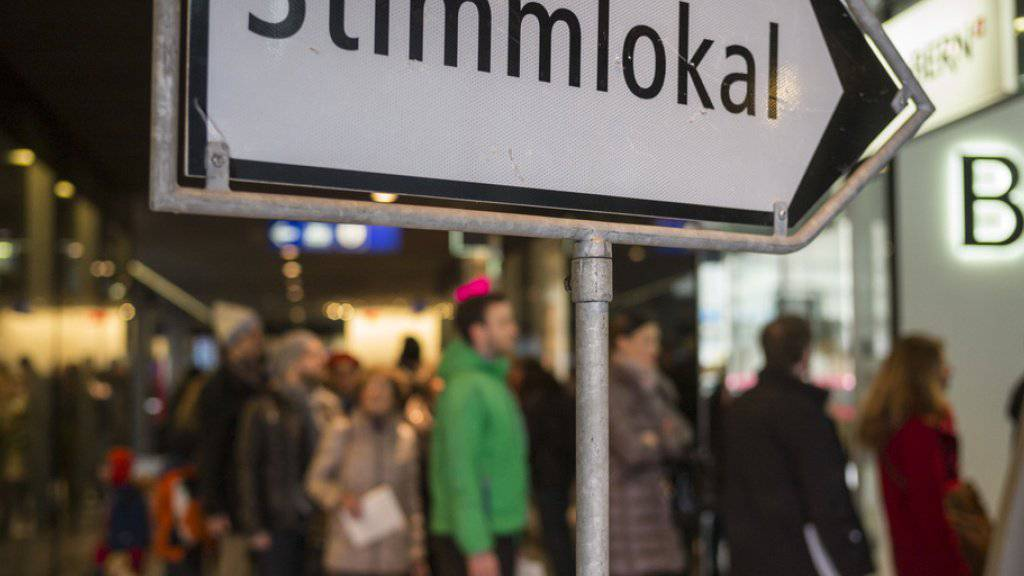 Abstimmungswillige stehen Schlange vor dem Stimmlokal im Bahnhof Bern. (Archivbild)