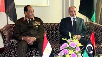 Der Chef des libyschen Übergangsrats Mustafa Abdel Dschalil (r) mit seinem ägyptischen Besucher Hussein Tantawi in Tripolis