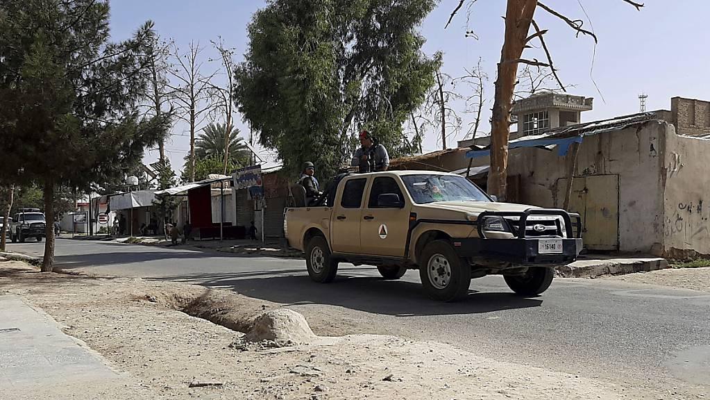 Afghanische Sicherheitskräfte patrouillieren in einem Fahrzeug während der Kämpfe zwischen Taliban und afghanischen Sicherheitskräften in der südafghanischen Provinz Helmand. Die Gefechte um die südafghanische Provinzhauptstadt Laschkargah fordern immer mehr zivile Opfer. Foto: Abdul Khaliq/AP/dpa Foto: Abdul Khaliq/AP/dpa