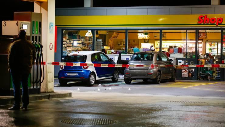 Vor einem Tankstellenshop in Flums griff ein 17-Jähriger mehrere Personen mit einem Beil an.