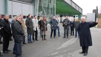 Werner Twerenbold (rechts) erläutert das Projekt, hinten der preisgekrönte Busterminal. walter schwager