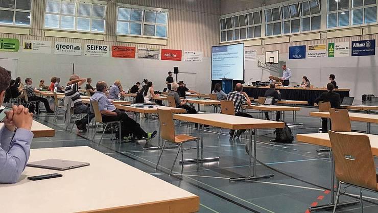 Um Abstand einzuhalten, fand die Sitzung in der Sporthalle Unterrohr statt. Bild: aru