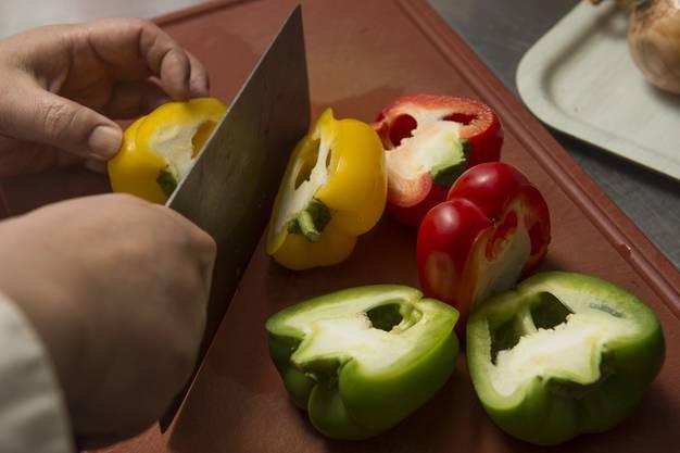 Das Gemüse vorschneiden.