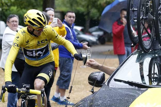 Chris Froome stösst mit seinem Team-Wagen auf seinen Tour-Sieg an