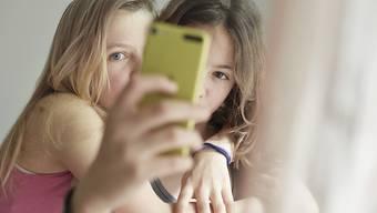 Das Selbstwertgefühl erleidet in der Pubertät keinen Taucher, es bleibt stabil. Dies hat eine Metaanalyse der Universität Bern ergeben. Ausserdem erwiesen sich jüngere Generationen nicht als selbstbezogener als ältere. (Symbolbild)