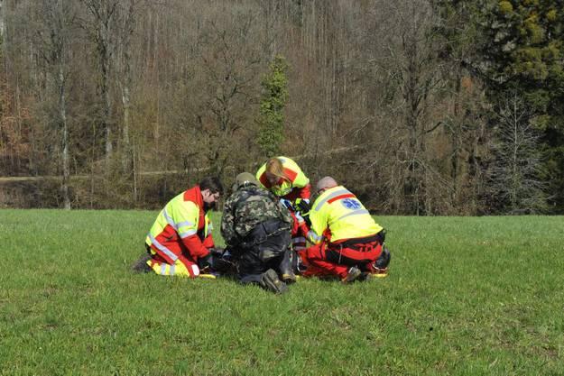 Der Rettungsdienst kümmert sich um den Verletzten
