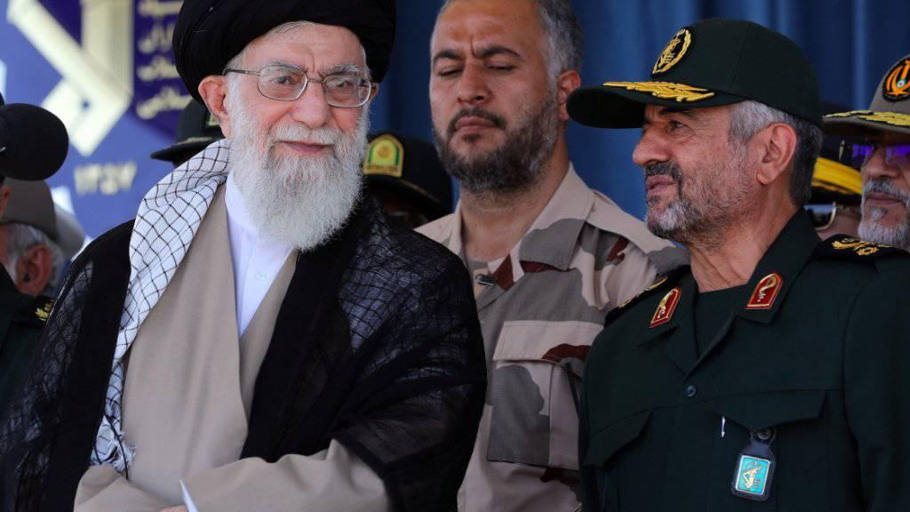 Der Oberste Führer des Iran, Ayatollah Ali Khamenei, soll weg: Dies fordern Exil-Iraner bei einer Demonstration nahe der französischen Hauptstadt Paris. (Archivbild)