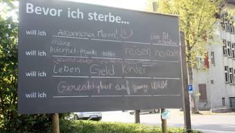 Die Passanten schrieben an die Tafel an der Bahnhofstrasse in Wohlen, was sie sich vor ihrem Tod noch wünschen. Ho