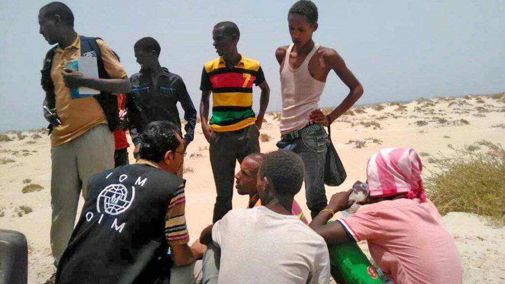 Schlepper stossen erneut Flüchtlinge ins Meer