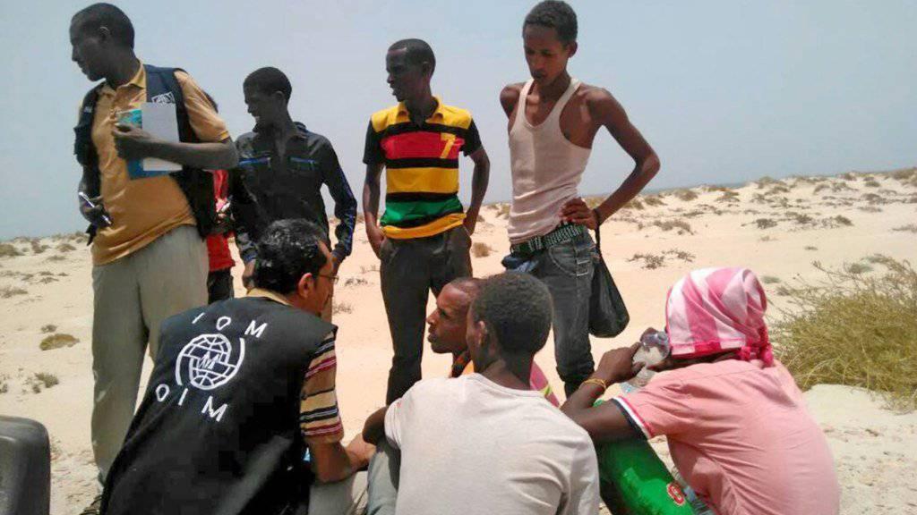 IOM-Mitarbeiter sprechen mit Somaliern und Äthiopiern, die bei ihrer Überfahrt von Menschenschmugglern zum Sprung ins Meer gezwungen worden sind.