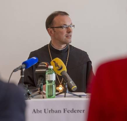 Abt Urban Federer an der Medienkonferenz