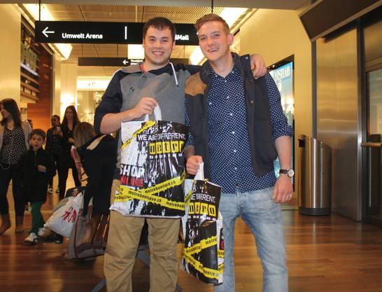 Sacha Wernli (links) und Pascal Schaerer geniessen den Abend im Einkaufszentrum.
